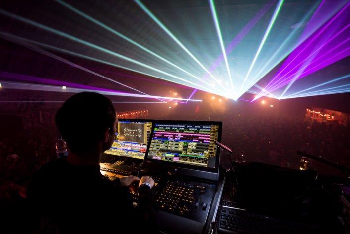 Musik und Licht vereint zum Besten. Lasershow, Lichtmischpult, Soundsystem Pioneer, Partytime, WeLoveTechno