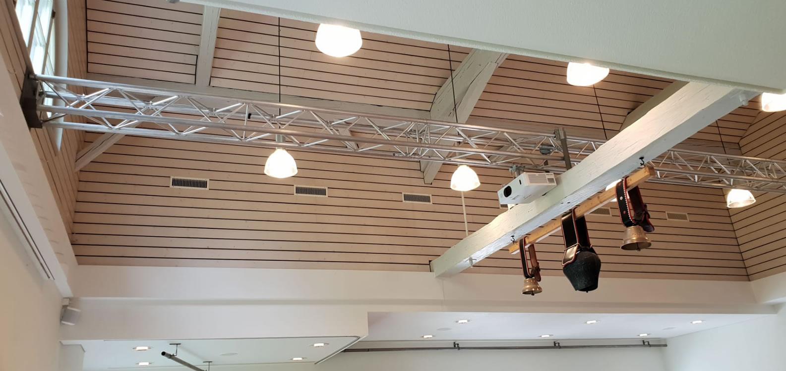 Für Ihren Betreibe das Beste. Beamer und Lichter mit Traversen befestigt. Elegante und stabile Lösung für Ihren Betrieb. USL Schweiz